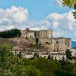 le château domine le village de Grignan