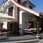 Budynek Restauracji, Wejście od strony ul.Bilskiego,Łatwo rozpoznać restaurację po logo w szczyc