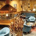 Salon détente et feu de bois central