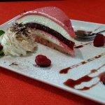 Dessert maison avec mousse de chocolat blanc et framboise