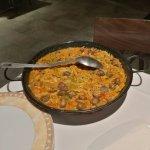 Paella con arroz, cerdo, caracoles y setas. Muy bien presentada!