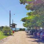 Várias estradinhas de chão dão acesso à Praia do Estaleiro