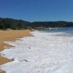 """Um mar agitado e de areia grossa """"esfoliante"""""""