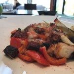 Pulpín de pedreru, crujiente de salchichón ibérico y verdurtas en wok