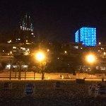 Kleurrijke skyline 's avonds langs de boulevard.