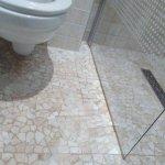 L'eau de la douche qui a coulé vers les wc