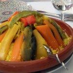Couscous in klassischem Geschirr