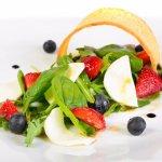 Летний легкий салат с клубникой и козьим сыром