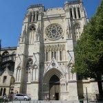 Vue d'un des côtés de la cathédrale