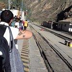 Esperando la entrada del tren en la estación de Ollantaytambo