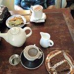 Tarta de zanahoria, tarta de café y nueces, capuchino y té Asam