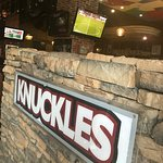 Knuckles Sports Bar and Grill Foto