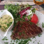 Medium cooked steak with bearnaise sauce. Plus Hommelbier.