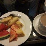 ランチのフルーツとコーヒー