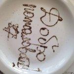 На тарелке написано перцем.