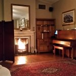 Fire place and piano in the dining room. Nice atmosphere.