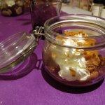 Brioche façon pain perdu avec caramel laitier, boule de glace à la vanille et chantilly