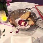 Canasta de pan con queso crema y mermelada de uva picante