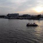 対岸の「ター・マハタート」との間の渡し舟