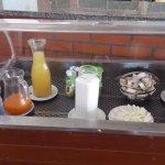 Zumos de sobre y destapados; 1 bot. de agua para todo el comedor, mermelada y leche destapada