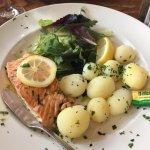Salmon with lemon and dill sauce