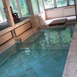 piscine chauffée de marbre rose attenante aux 2 jaccuzzi