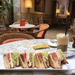 Club Sandwich und Eiskaffee