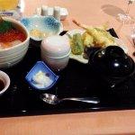海鮮丼と天ぷら。残念ながら箸がない。