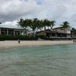 海から見た外観。左がレストラン、右がビーチフロントの部屋