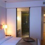 Porte coulissante vers la salle de bain.