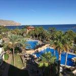 Vista desde la habitación hacia las piscinas y el Mediterráneo