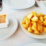 patatas bravas caseras con salsa picante en su punto.