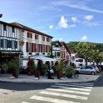 L'entrée et la place centrale du village La Bastide Clairence
