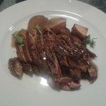 Magret de pato con peras al vermut negro y patatas con tomillo