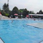 Au fond à droite une 2ème piscine mais couverte en cas de mauvais temps.