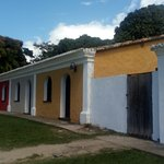 Casas/; algumas usadas como comércio e outras sem moradores.