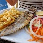peixe, fritas e salada