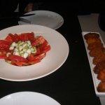 Cena: Surtido de croquetas y ensalada de tomate con mozzarela y salsa pesto.