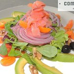 Ensalada de salmón ahumado, papaya, aguacate y nueces