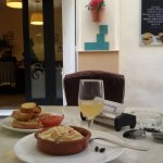 Salada rusa, bread and chopped tomato, doble (beer and lemonade): 7,95 euro