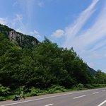 道路沿いの巨岩