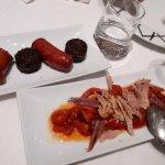 pinchos morcilla y chorizo y ensalada pimientos con bonito y anchoas