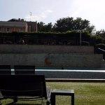Vue de la piscine et du restaurant espace transats