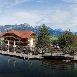 Blick zum Hotel und Dachstein vom Naturteich