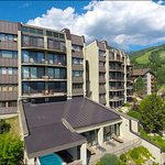 Bronze Tree Condominiums resmi