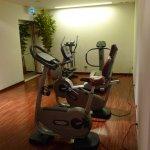 Salle de sport, petite mais bien équipée : tapis de course et vélos