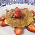 Pancake crema pasticcera, cioccolato fondente, miele e fragole