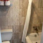 la habitacion embajador cuenta con dos baños completos ambos con tina