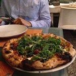 Pizza espectacular con ingredientes básicos