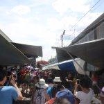 Foto de Maeklong Railway Market (Talad Rom Hub)